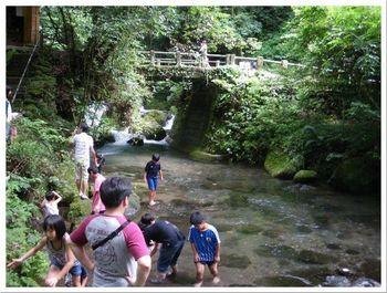滝つぼの下流側には、子供達でも水浴びできる位の浅瀬があり、家族連れが水遊びを楽しむ光景も…。 夏の暑い日には、涼をとることができる、熊本のパワースポットです。
