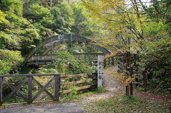 駐車場から滝までは、遊歩道が整備されているので安心して歩くことができ、途中には、公園も…。自然あふれる光景が広がり、途中にはウッドデッキなどもあるので、ゆっくりと道中を楽しんでみてはいかがでしょうか!