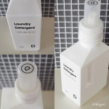 低い位置にランドリーボトルを収納するときは、ふたの上部にもラベルシールを貼っておくと、区別しやすくなります。