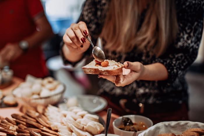 口にするものが本来の食欲ではないと思うときの傾向として、特定の味のものを食べたくなる、普段より多い量を食べてしまう、食べた後に後悔する…ということが多いようです。大事なのは先でも後でも、気づくこと。「あ~、気分で食べてしまったな」と思えれば、健康のための解決の第一歩です!