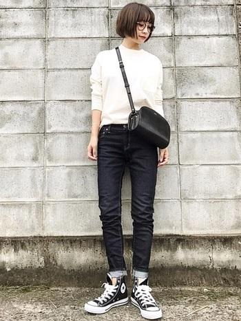 デニム×スニーカーの定番スタイルも、裾をロールアップするだけで新鮮な印象に。デニム以外は白×黒のモノトーンでまとめたシックな着こなしがおしゃれですね。足首の素肌を少し見せることで女性らしい印象がプラスされて、コーディネート全体が上品な雰囲気に仕上がります。
