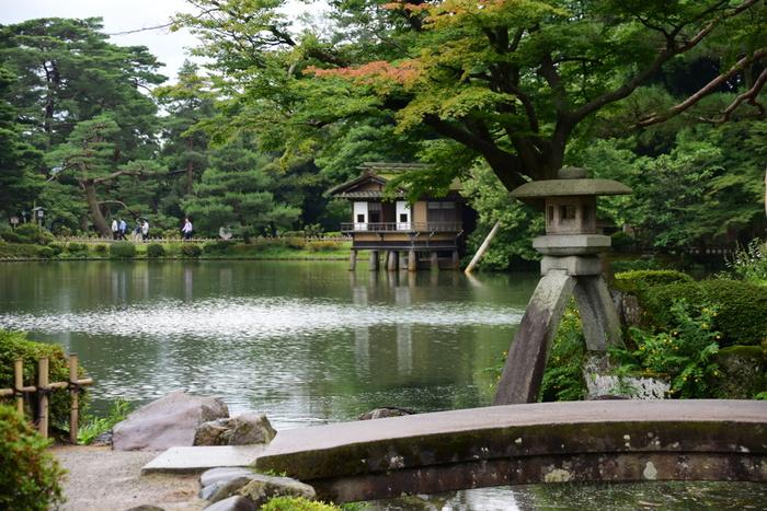 約290年間にわたって栄えた加賀藩百万石の城下町である金沢。金沢城跡のすぐ隣には、日本三大名園のひとつ「兼六園」があります。金沢市の中心部にあり、春の桜をはじめ紅葉や雪景色など四季折々の美しさを楽しめます。