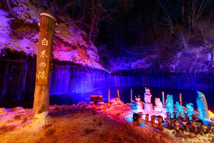 また、春と冬には木彫りの人形などがディスプレイされた、美しいライトアップが開催されます。ライトアップに合わせて訪れてみてはいかがでしょうか…。夜見る滝もまた、違った趣があり楽しめますよ!