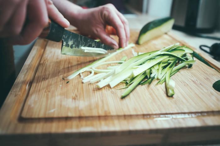 何か食べたいと思ったとき、簡単に食べられる出来合いのものではなくて、自分で作ってみるのはいかがでしょうか。時間をかけて食べものと向き合ったとき、本来の食欲が解消されるかもしれません。いつもより手の込んだ料理を作れたら、味にもおなかにも満足ができそうです。
