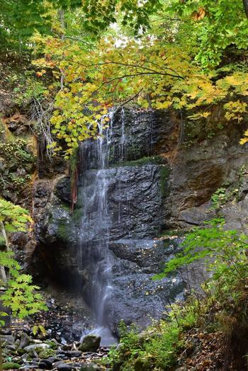 北海道で稼動する最古の水力発電所である「定山渓発電所」の戻り水が流れ落ちることで出来た小さな滝、「白糸の滝」。 新緑が美しい初夏から、紅葉の秋まで、四季折々に表情を変える滝の美しさが人気のスポットです。  ※2020年春まで定山渓発電所の改修工事に伴い、「白糸の滝」は休止しているそうです。