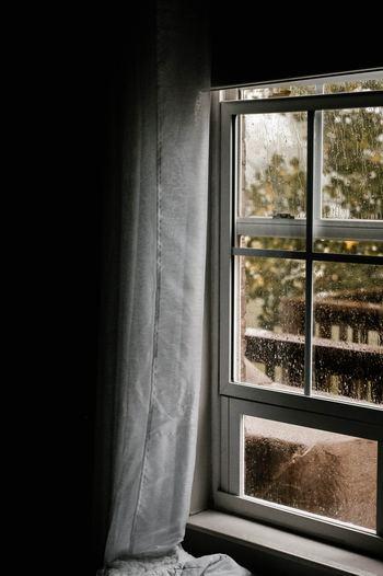 梅雨に入ると湿気やカビが発生しやすくなる一方、お部屋で過ごす時間は増えます。 カビは一度できてしまうと落とすのに手間がかかるため、できる前に予防することが大事。 また、湿気で匂いが気になる時期でもあるため、対策をしておくことで雨が続いても、気持ちよく過ごすことができるんです。