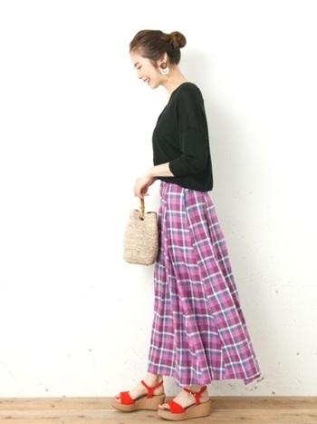 チェックのマキシ丈スカートが女性らしい雰囲気。パープルのスカートに真っ赤なサンダルを合わせてエレガントに着こなして。