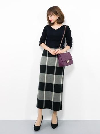 全体をモノトーンでまとめて、タイトスカートを大人っぽく着こなして。パープルの小ぶりなバッグがいいアクセントに。