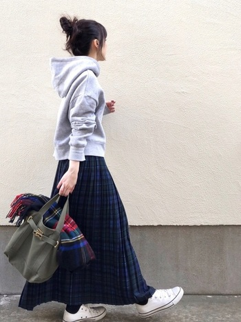 トラッドな印象のチェックのプリーツスカートにパーカーを合わせてカジュアルダウン。大人の休日にぴったりなリラックスタイルですね。