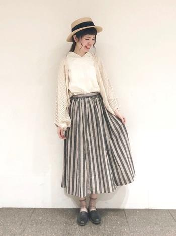 太目ストライプのスカートがガーリーな印象。ナチュラル素材のハットを合わせて、カントリーな雰囲気を演出。