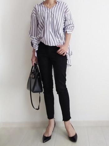 ゆったり目のスキッパーシャツに細身のパンツを合わせてすっきりと。オフィスにも良さそうなキレイ目コーデです。