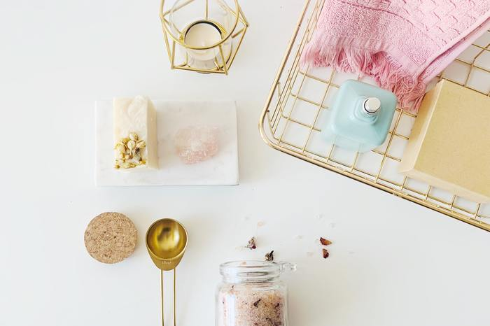 アロマの香りを楽しめるアイテムはルームフレグランスからスキンケアグッズまで本当に幅広く、その膨大な数を前にすると、自分好みのものを選び取るのが難しく思えるほどです。でも香りには、それぞれ使うのにふさわしい場所やタイミングがきっとあるはず。普段はシトラス系の香りが好きだけれど、お風呂ではフローラル系が落ち着く、なんてこともあるかもしれません。毎日が少し上質になるような、自分らしいライフスタイルに似合う香りたちをぜひ探し出してみて下さい。