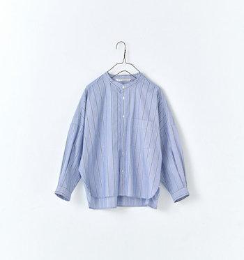どこかマニッシュな印象の、マルチストライプバンドカラーショートシャツ。ワイドシルエットで着心地もラク、でもスタイルはしっかりと作ってくれるという頼もしいアイテムです。