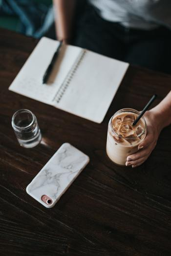 「エモーショナル イーティング」は、食べたものを記録するのも効果があるそうです。1日で口にしたものを振り返り、客観的に把握してみれば、食べる量だけでなく、何を食べるかにも気をつけることができそうですね。