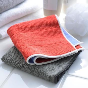 洗剤やスキージー、タオルなど、道具を用意するのも掃除するにも、手間がかかる窓ガラスの掃除。 楽に済ませたい時には、マイクロファイバーのクロスがおすすめです。 このニットクロスは汚れをかきとるニットクロス、表面を磨き上げるテックスの2種類で表裏に分かれており、洗剤が必要なく、毛羽立ちも残らずぴかぴかになります。 クロス1枚なら、思い立った時にさっと掃除することができますよ。