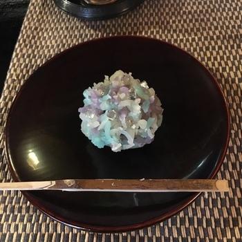 鶴屋吉信では、きんとん製の紫陽花も人気です。