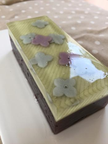 京都に本店を構え、全国に店舗がある『鶴屋吉信』では、可愛らしい紫陽花の花びらの羊羹が6月に販売されます。透明な琥珀羹と小倉羊羹の二層になっていて、あっさりと食べられます。