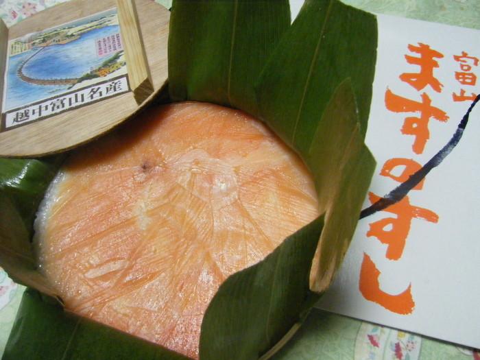 富山の名物といえば、丸いわっぱに入った押し寿司「ます寿司」。催事などでよく見かける「ますのすし本舗 源」をはじめ、いくつかのお店のものが味わえます。