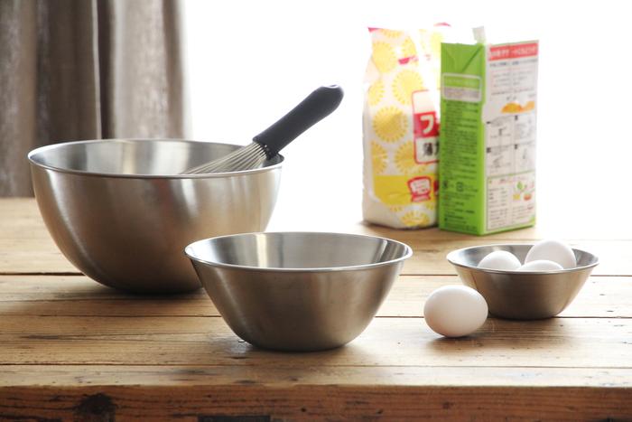 食材を混ぜ合わせたり、こねたり…。毎日の料理の下ごしらえにかかせないのが「ボール」。直径16cm、19cm、23cmなど、大・中・小で揃えておくと便利!注ぎ口のついているものや計量できるものなど、用途に合わせて選びましょう。