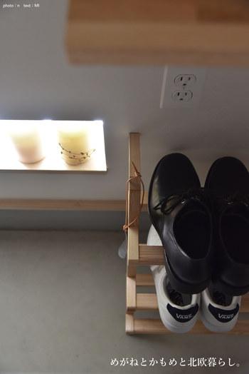 脱いだばかりの靴をシューズクロークにしまうことに抵抗があるときは、シューラックなどを活用するといいですね。たたきに脱ぎっぱなしにしておくよりも、きちんと管理されているように見えます。
