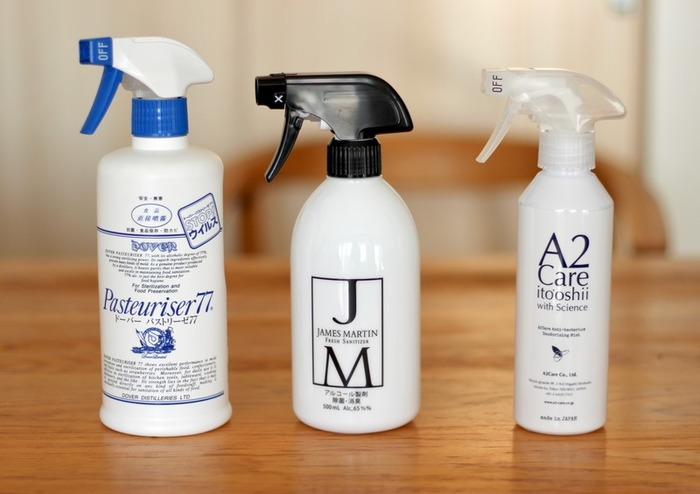 汚れが付きやすい場所には、除菌スプレーをシュッとする習慣をつけるのがおすすめ。シンクやお風呂場、トイレなど水回りに使うと汚れが付きにくくなり、消臭効果も期待できます。さらに、梅雨の時期には室内干しの洗濯物に一吹きしたり、寝具やファブリック類の除菌、床の水拭きにも使えます。アルコールスプレーなら口に入っても安心、かつすぐに蒸発するので、水滴汚れになることもありません。目的に合わせて、必要な一本を常備しておくと便利です。