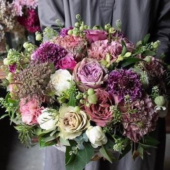 こちらは「Premium」という名にふさわしい、良質な花が溢れ出す贅沢なアレンジメント。落ち着いた色合いの花と、さまざまな種類のグリーンを合わせて、シックな印象にまとめています。スタイリッシュな雰囲気が好きなお母さんにはぜひこちらを。  上品で繊細なグラデーション、質感や形の異なる花々の共演が目を楽しませてくれます。