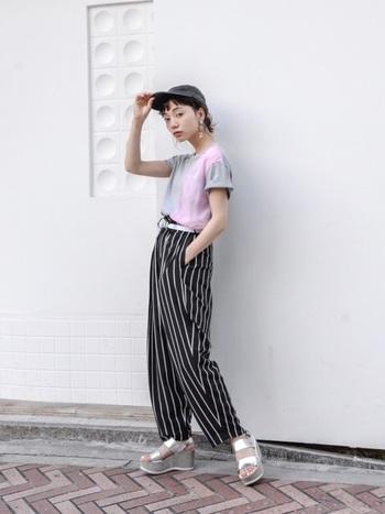 コム・デ・ギャルソンのグレー×ピンクのTシャツにワイズのストライプパンツを合わせた、スポーツMIXなモードスタイル。子どもっぽくなりがちなストリートテイストを、ベルト使いや厚底サンダルでボリューム感を出し、ワンランク上の着こなしに。
