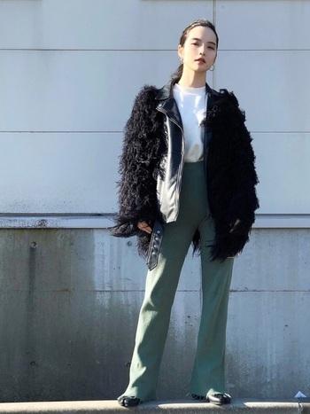 ユニクロUの白Tシャツとペールグリーンのリブニットパンツのシンプルコーデに、古着のファージャケットやライダースを羽織った技ありレイヤードスタイル。足袋デザインのマルジェラのブーツでさり気なく個性を加えています。