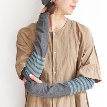 大人っぽい配色に惹かれるボーダー柄のアームカバー。夏は洋服がシンプルになりがちなので、コーディネートのアクセントにも便利です!カラーバリエーションが豊富なので、色違いでそろえるのもおすすめ。  柔らかい上質綿を表糸に100%使用。裏糸にはUVカットと接触冷感作用のある機能性素材を使用していて、付け心地も快適です。
