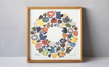 「BIRDS'WORDS(バーズワーズ)」のポスターは、陶芸作家の伊藤利江さんが描いたお花と鳥がリースのように輪を作り、絶妙なバランスと色使いが素敵。お部屋をやさしく彩ってくれそうな作品です。