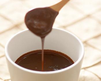 チョコレートはコーヒーと相性抜群の素材です。こちらは、ドリップコーヒーを使う本格的な味わいのレシピ。レシピにはドリップの方法もわかりやすく解説されています。ペーパードリップ用のコーヒーを用意して挑戦してみてくださいね。ほっと一息つける、あったかドリンクです♪