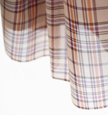 ベージュ・オレンジ・パープルの大人な色合わせが素敵。向こう側が薄っすら見えるシアーな素材感も魅力です。ベージュ系のタンクトップがセットなっているから、下着の透けが気になる方も安心!