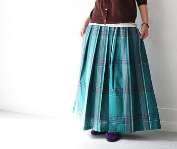 ヴィヴィッドなカラフルスカートで、普段の装いを劇的に印象チェンジ!明るい色味ですが、下半身がすっぽり隠れるマキシ丈なので大人な雰囲気もキープできます。