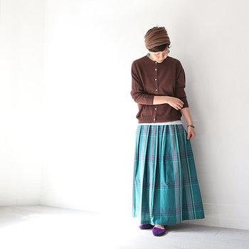 スカートの艶やかさが引き立つよう、トップスはシンプルなものを合わせて。丈の短いプルオーバーやブラウスとも相性抜群です。