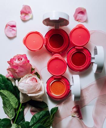 コスメフリークの間で人気なのが、お風呂あがりのような血色感が出せるクッションチーク。頬をジュワッと色よく染めながら、リッチなツヤ感も演出できます。