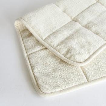 人の手で丁寧に紡がれた糸を使用した生地は、手つむぎだからこその表面のかすかな凹凸により、生地の間にたくさん空気を含み、よりふんわりとした肌触りを実現しています。ベビーマットや赤ちゃん用の湯上げタオルにもおすすめです。