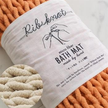 合成繊維と聞くと機械的なイメージがありますが、こちらのバスマットは手編み!裏面にはコットンが使用されています。素朴で温かな雰囲気のあるバスマットです。