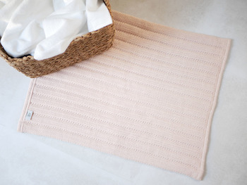 土嚢袋を作る織機で織られているので耐久性もばっちり。長く快適に使い続けられるバスマットです。