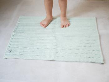 実はアクリル自体は、吸水性があまり高くありません。「OMUTSU生まれのバスマット」は、表地は抗菌・防臭効果のあるアクリル100%、中芯はオムツにも使われる吸水性の高い綿の不織布が使用されていて、しっかり水を吸ってくれる、2つの素材のいいとこ取りのアイテムなんです。