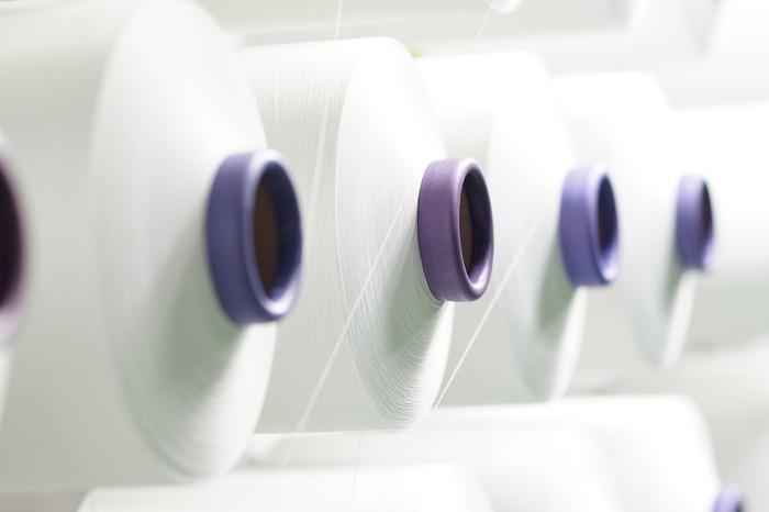 ポリエステルの特徴は、合成繊維ならではの丈夫さと速乾性。衣類やインテリア雑貨などにもたくさん使われている、とても身近な合成繊維です。乾きやすさはピカイチなので、びしょびしょに濡れてしまうバスマットが嫌という人は、一度試してみる価値ありですよ!