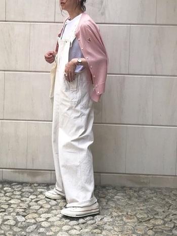 白でまとめたオーバーオールスタイル!春夏らしく軽やかでとても素敵です。ベビーピンクのカーディガンをさらっと肩にかけて。柔らかいけど甘すぎない上級者な着こなしです。