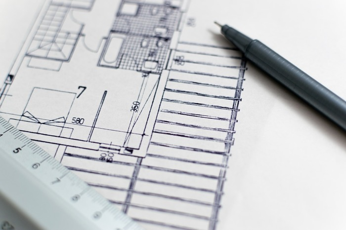 もともと持っている家具とともに引っ越すときも、新しい家具を購入するときも、お部屋の配置をイメージしておきましょう。間取り図をもとに考えていた配置が、実際に置いてみると狭く感じることも少なくありません。 また、くつろげるコーナーを作ったり、趣味のディスプレイをしたり。そんな「あなたらしい」家具やインテリアの配置を考えるのもおすすめです。暮らしの中に「好き」を持つことは、素敵ですよね♪