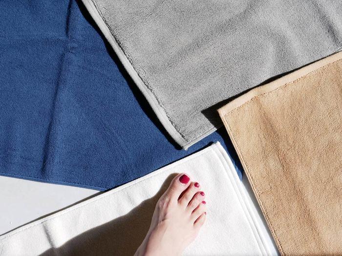 タオル地の良い所は、手軽に洗濯できること。いつでもきれいなバスマットを気持ちよく使えますね。収納時にかさばらないのも嬉しいポイント。色違いで揃えて、日替わりで使ってみてはいかがでしょうか。