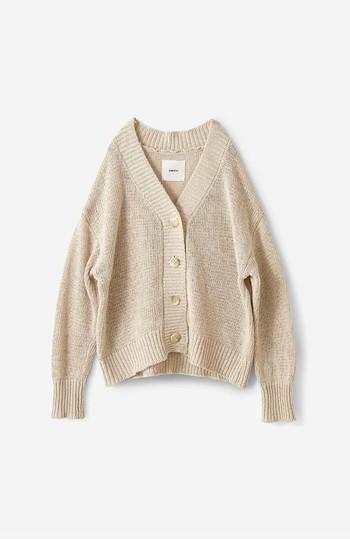 編み目が緩やかなカーディガンは、涼し気で見た目からして心地よさそう。今年のトレンドカラーでもある、ベージュやブラウンを選べば、よりナチュラルな表情が増して魅力的です。