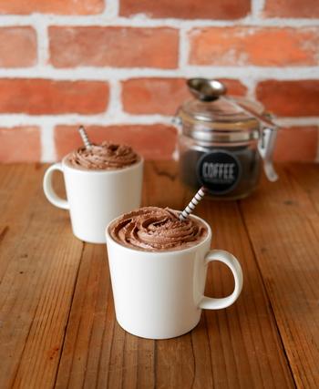 「おうちでゆっくりカフェモカが飲みたい♪」というときにおすすめのレシピ。コーヒーはドリップでもインスタントでもOK。温かいコーヒーにココア入りのホイップクリームを絞ったら出来上がり。チョコレートソースや砕いたチョコレート、ナッツなど、トッピングアレンジもいろいろ楽しめますよ♪