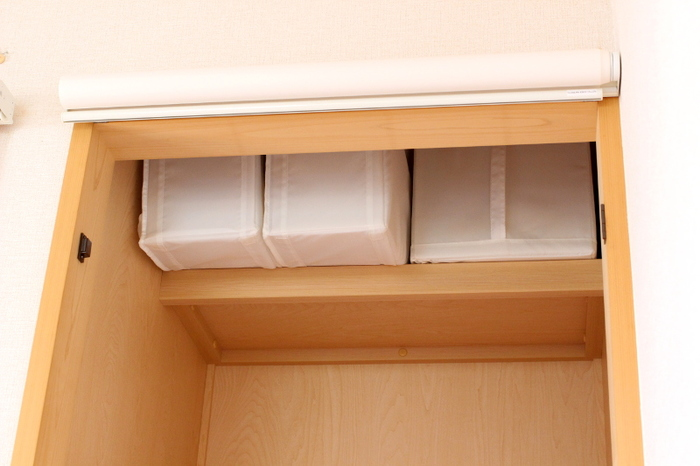 """ちなみに、天袋のスペースには、イケアの収納ケース""""SKUBB""""でを使ってオフシーズンの寝具入れ置き場を確保。小さい""""SKUBB""""の方には、シーツの替えなどをin。とっても軽くて、なおかつ持ち手付きなので、上げ下ろししやすく、角型でシャキッと立つところも嬉しいポイント!まさに押入れ収納の強い味方なんだとか! 半間の押し入れは、普通の押し入れと比べると、広さはありませんが、こちらのブロガーさんのように、押し入れにぴったり合うサイズの収納ケースを使ったり、角型の収納ケースなどを取り入れることで、押し入れをフル活用することが出来ます。日々の生活を快適にする工夫がいっぱいですね!"""