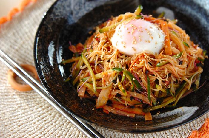 ビビンバの絶品タレの配合は、コチュジャン:酢:しょうゆ:ゴマ油=2:1:1:1。タレを作ったら具材とそうめんと合わせて混ぜるだけで、韓国風のそうめんに。温泉卵をとろりと崩しながら頂きましょう。