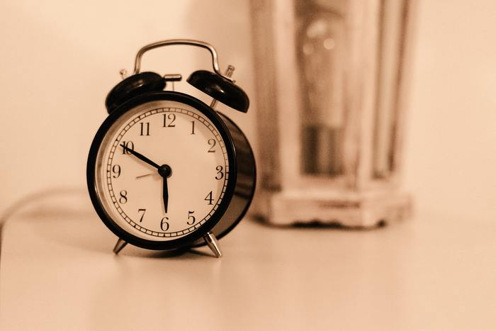 寝る直前に携帯を触ると、寝つきが悪くなる原因になります。目覚ましをかけるために携帯を見なくて済むように、お気に入りの目覚まし時計を見つけましょう。