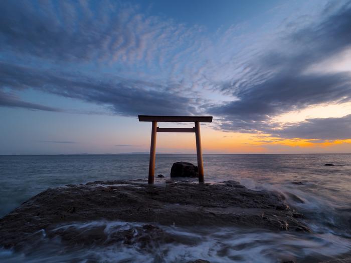 その昔、伊勢の神様たちが知多半島に向かって石の遠投げを競ったときに投げた石がここに落ち、つぶて浦になったと言われています。海の上に立っている鳥居は伊勢神宮と対面しており、この海でパワーストーンを洗うと、石が清められてパワーがアップするそう。