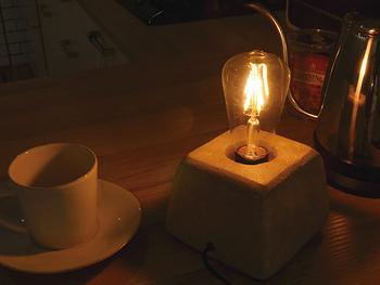 ゆっくりと眠りに落ちれるような、素敵な照明を用意しましょう。光が強すぎず、小さめのデスクライトなどがおすすめです。